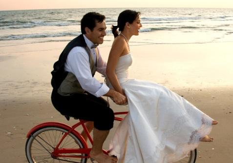 noivos-de-bicicleta-na-praia